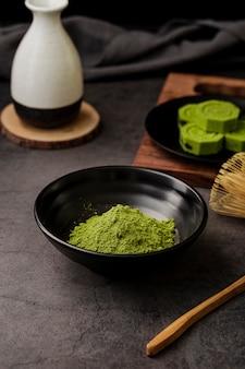 Angle élevé de poudre de thé matcha dans un bol