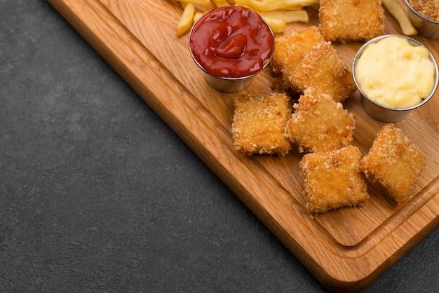 Angle élevé de poulet frit avec sauces et espace copie