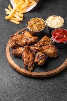Angle élevé de poulet frit avec une variété de sauces et de frites