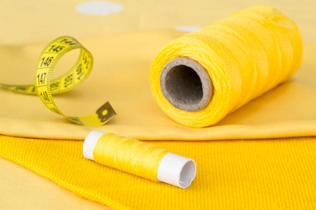 Angle élevé de rouleaux de fil jaune avec textile