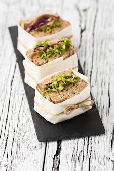 Angle élevé de sandwichs enveloppés sur ardoise