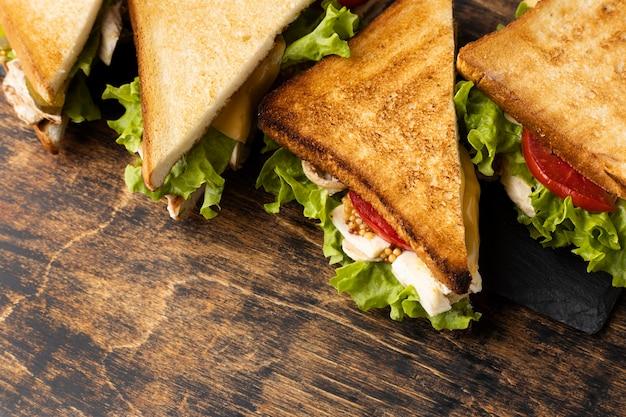 Angle élevé de sandwichs triangulaires avec espace copie