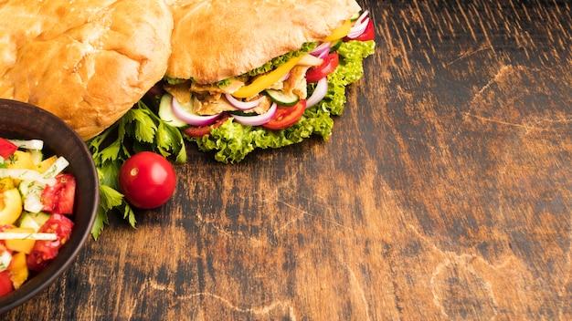 Angle élevé de savoureux kebab avec espace copie
