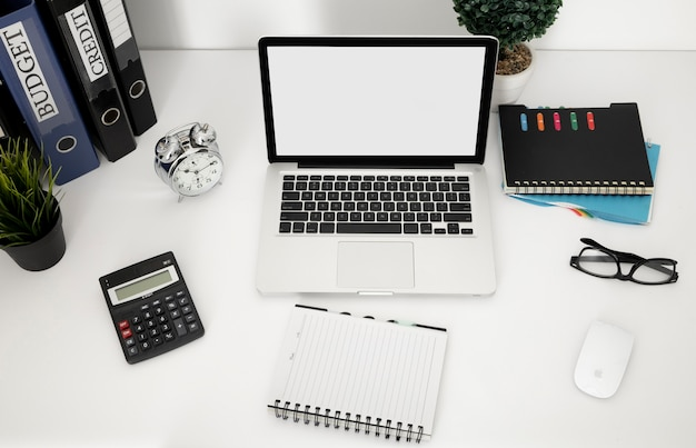 Angle élevé de surface de bureau avec ordinateur portable et ordinateur portable