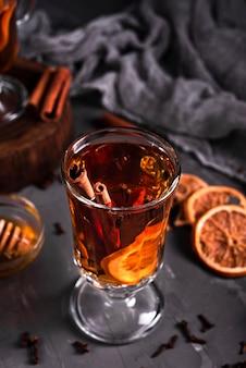 Angle élevé de thé à la cannelle