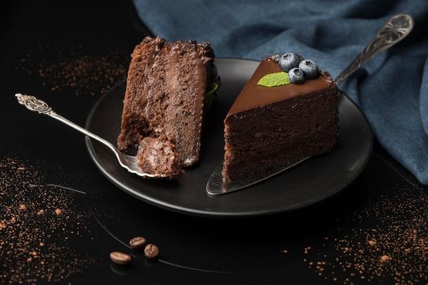 Angle élevé de tranches de gâteau au chocolat avec cuillère