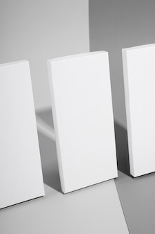 Angle élevé de trois comprimés de chocolat avec emballage