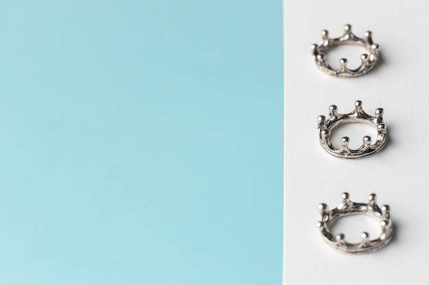 Angle élevé de trois couronnes pour le jour de l'épiphanie avec espace de copie