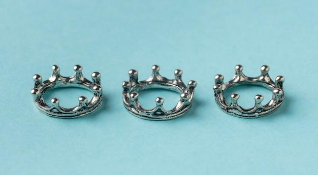 Angle élevé de trois couronnes pour le jour de l'épiphanie
