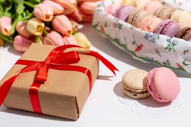 Angle élevé de valentines présents avec des macarons