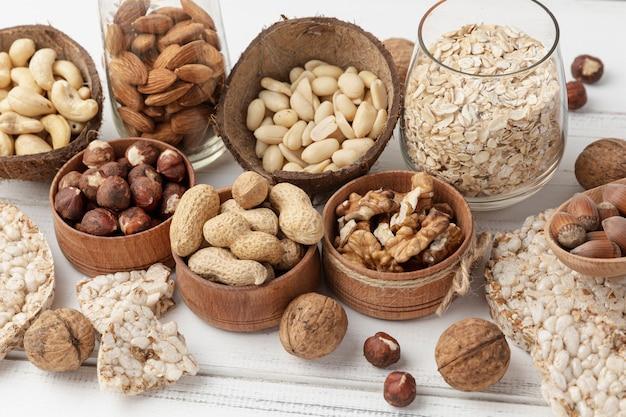 Angle élevé de variété de noix dans des bols