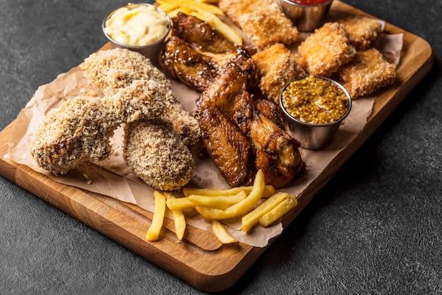 Angle élevé de variété de poulet frit avec des frites
