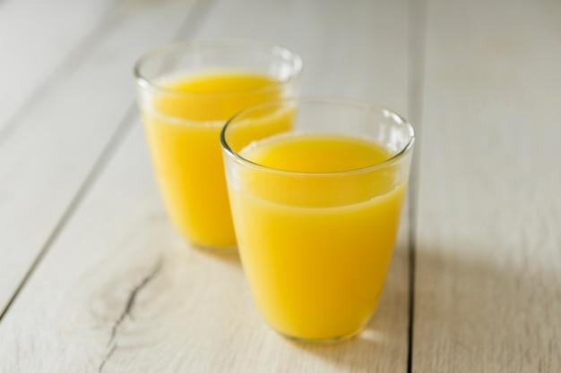 Angle élevé de verres de jus d'orange