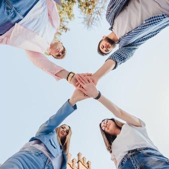 L'angle faible de l'équipe joyeuse d'étudiants a réussi le test en se préparant tous ensemble.