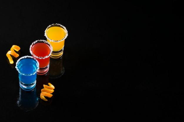 Angle de prise de vue élevé avec cocktails et espace de copie