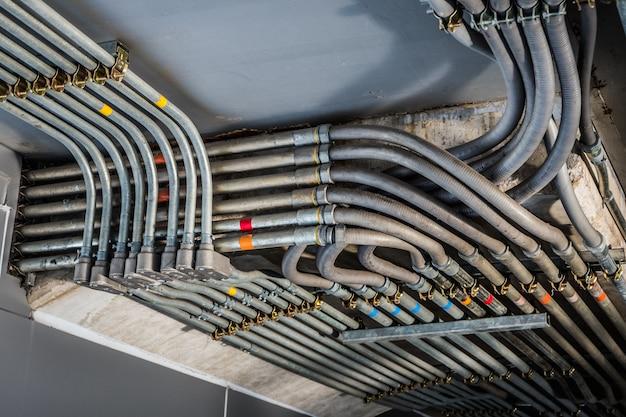 Angles impairs des conduits électriques capturés en noir et blanc. pris dans un bâtiment industriel