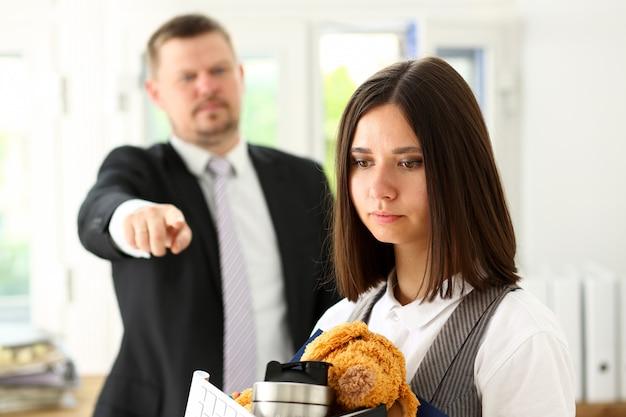 Angry crier le patron point bras pour sortir