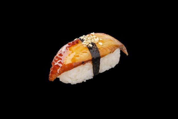 Anguille de sushi nigiri fumée, sauce unagi, graines de sésame isolées
