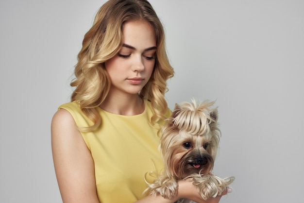 Animal de belle femme posant fashion fond clair studio. photo de haute qualité