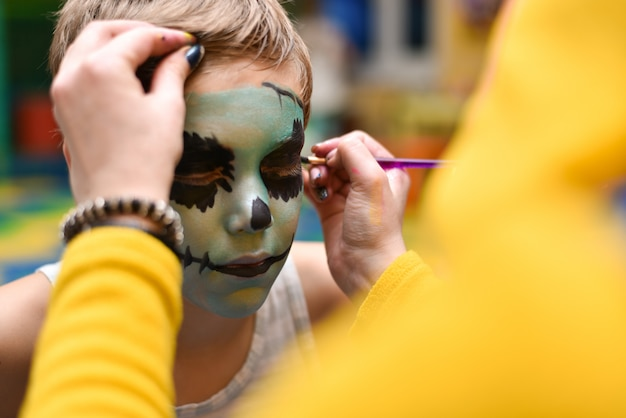 L'animateur peint le visage de l'enfant
