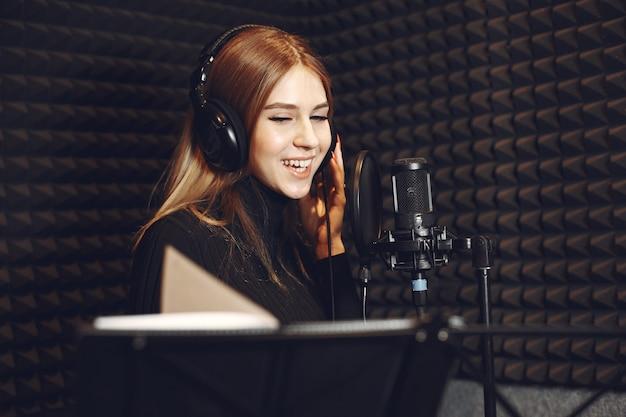 Animateur de radio faisant des gestes lors de l'enregistrement d'un podcast dans un studio de radio.