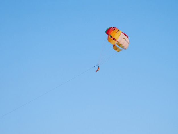 Animation parachute ascensionnel. activités estivales. sports extrêmes.