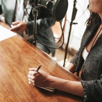 Une animatrice interviewant son invité dans un studio
