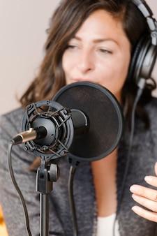 Animatrice de radio féminine diffusant en direct dans un studio