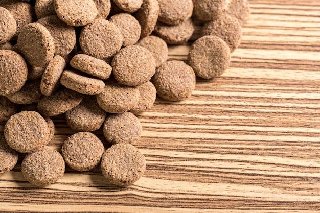 Animaux nourriture sur plancher en bois
