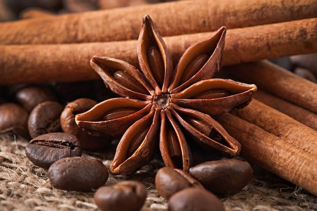 Anis, cannelle et grains de café sur fond de bois ancien