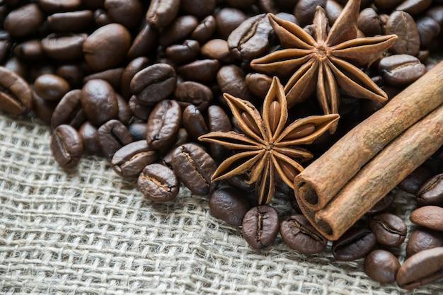 Anis et cannelle près des grains de café