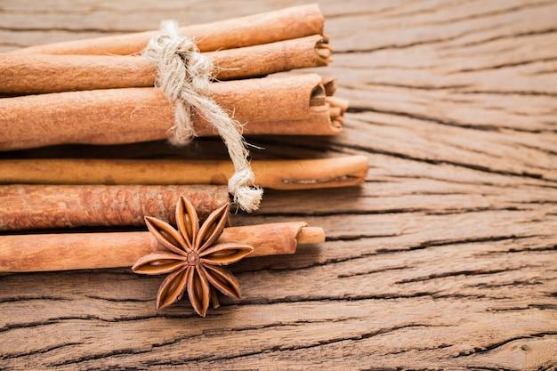 Anis étoilé et bâtonnet de cannelle épicé sur vieux bois. pris de la vue de dessus, sélectionnez focus