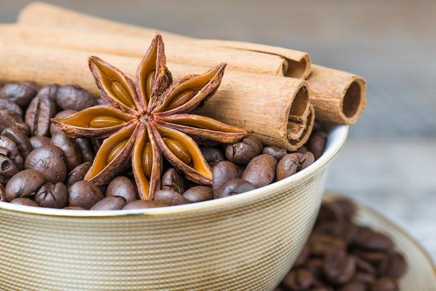 Anis étoile avec des grains de café et de cannelle