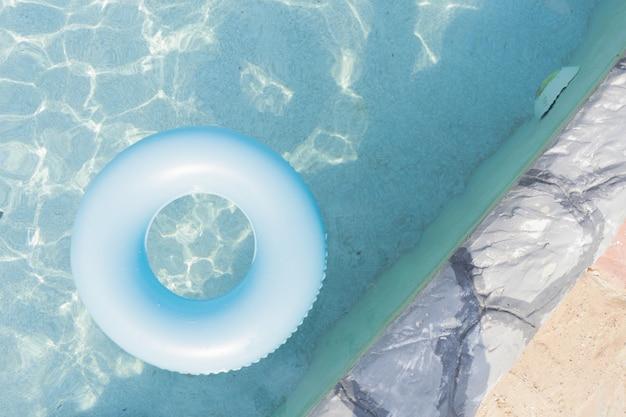 Anneau en caoutchouc dans la piscine