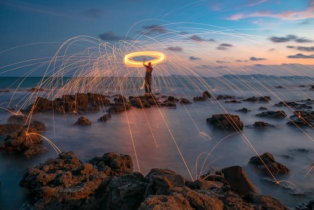 Un anneau de feu qui filait de la laine d'acier sur le rocher et la plage.
