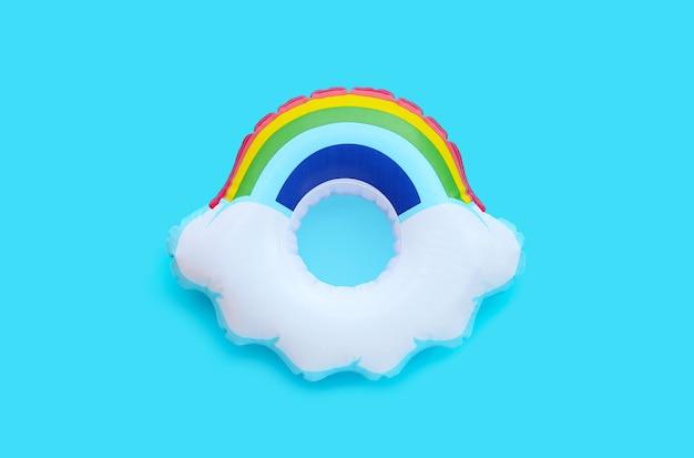Anneau gonflable arc-en-ciel sur surface bleue
