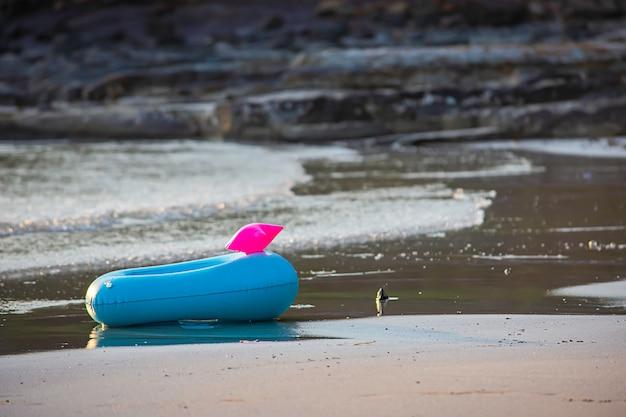 Anneau gonflable bleu sur la plage fond de mer.