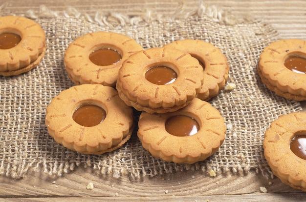 Anneaux de biscuits au caramel sur une vieille table en bois