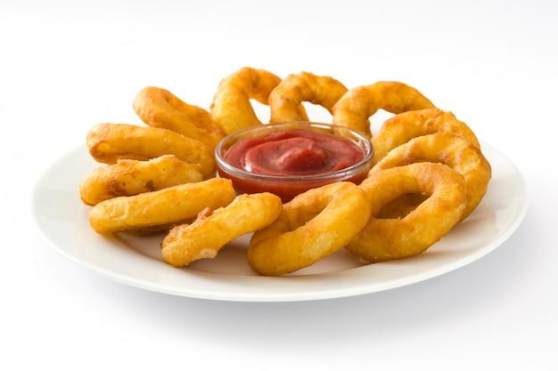Anneaux de calamars frits avec du ketchup isolé sur une surface blanche