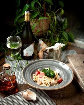 Anneaux de calamars avec des légumes sur la table