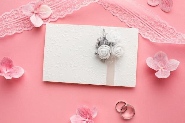 Anneaux et fleurs de concept de mariage de luxe