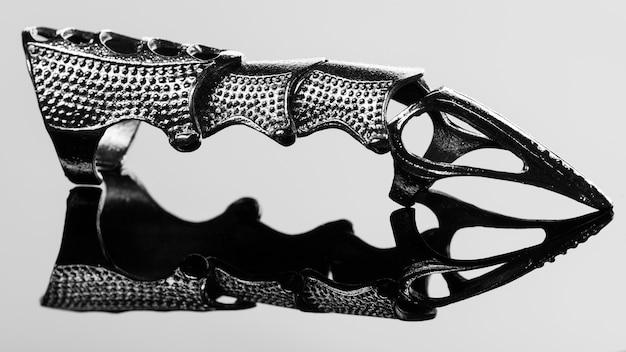 Anneaux de griffe de doigt pleins de mode reflétés dans le miroir