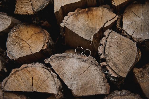 Anneaux de mariage sur l'arbre. jour de mariage. alliances sur le bois.