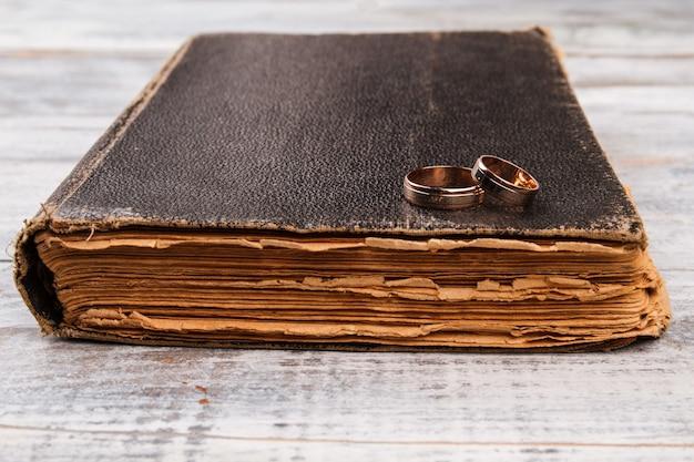 Anneaux de mariage sur la bible.