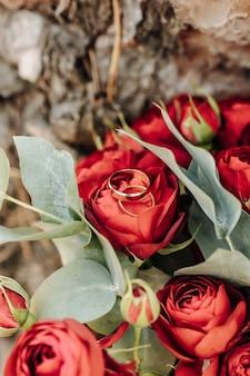 Anneaux de mariage sur un bouquet de fleurs