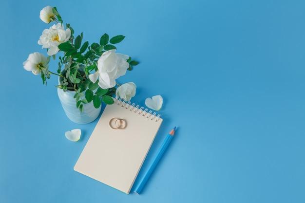 Anneaux de mariage et bouquet de roses sauvages