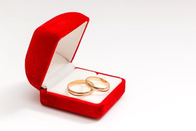 Anneaux de mariage dans une boîte cadeau sur fond blanc