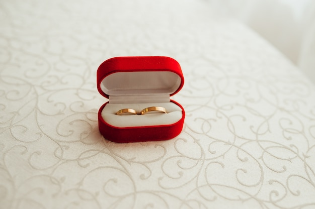 Anneaux de mariage dans la boîte rouge