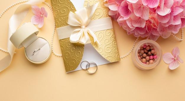 Anneaux de mariage dans une enveloppe