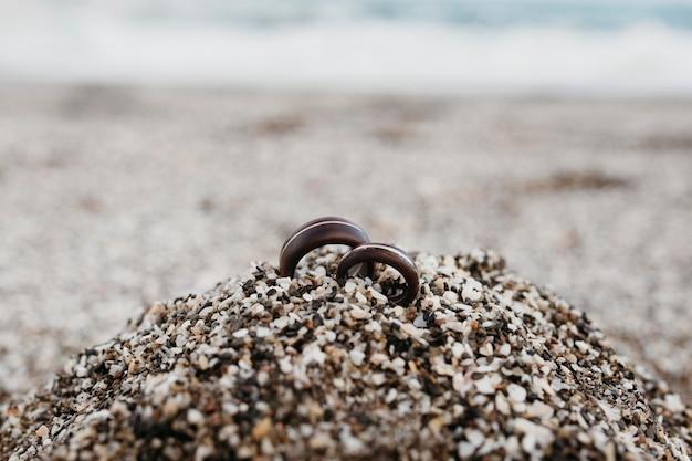 Anneaux de mariage dans le sable de la plage